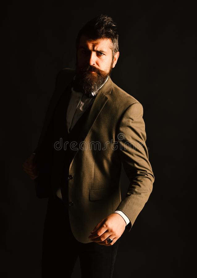 Uomo d'affari attraente in vestito astuto d'annata Giovane uomo d'affari interessante con su fondo marrone, retro styl fotografia stock libera da diritti