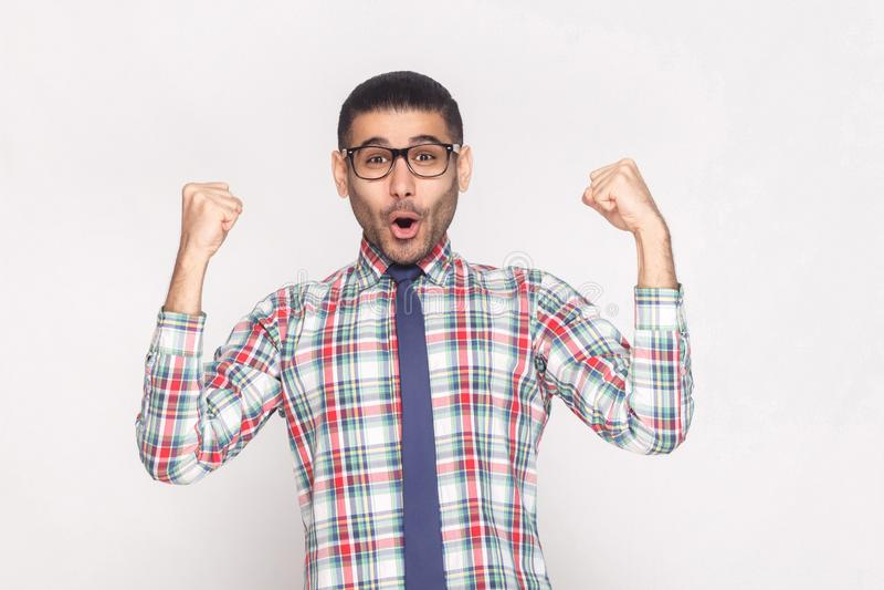 Uomo d'affari barbuto bello del vincitore felice in camicia a quadretti, bl immagine stock libera da diritti
