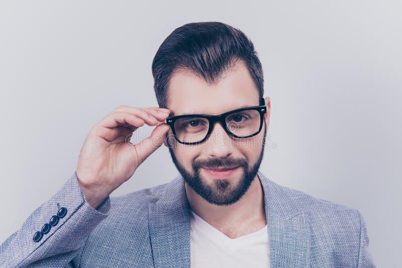 Uomo d'affari barbuto della riuscita giovane brunetta bella in o convenzionale immagini stock libere da diritti
