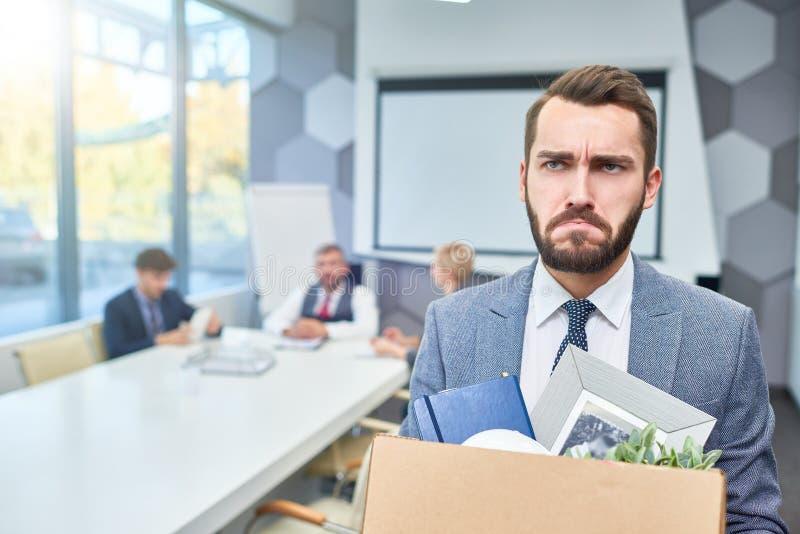 Uomo d'affari barbuto triste Lost il suo lavoro immagine stock