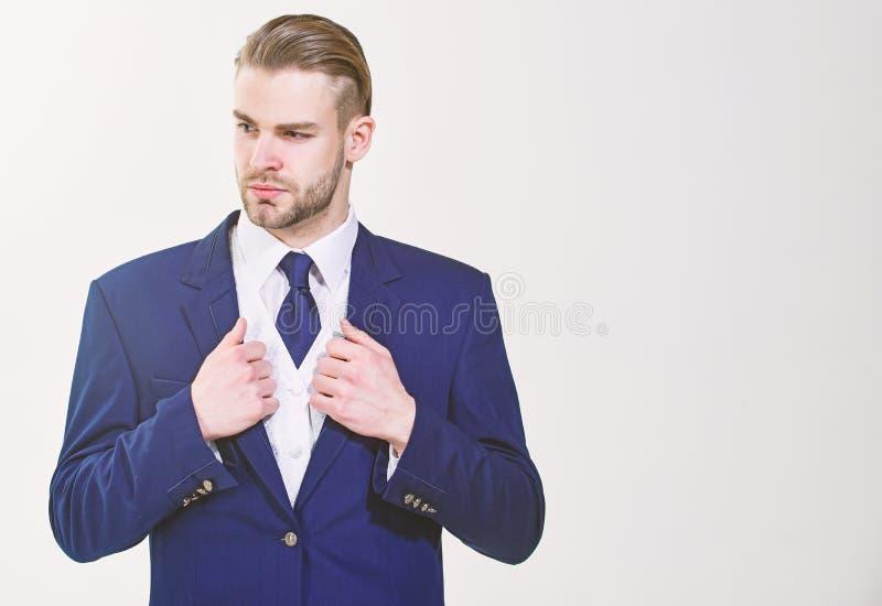 Uomo d'affari barbuto in vestito convenzionale Il riuscito uomo d'affari si prepara per la conferenza Serio motivato ha messo a f fotografia stock libera da diritti