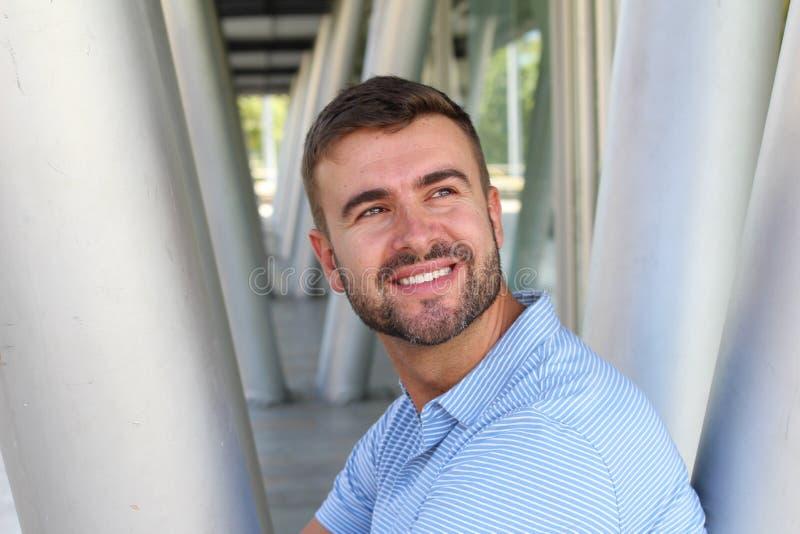 Uomo d'affari bello che sorride con lo spazio della copia immagine stock