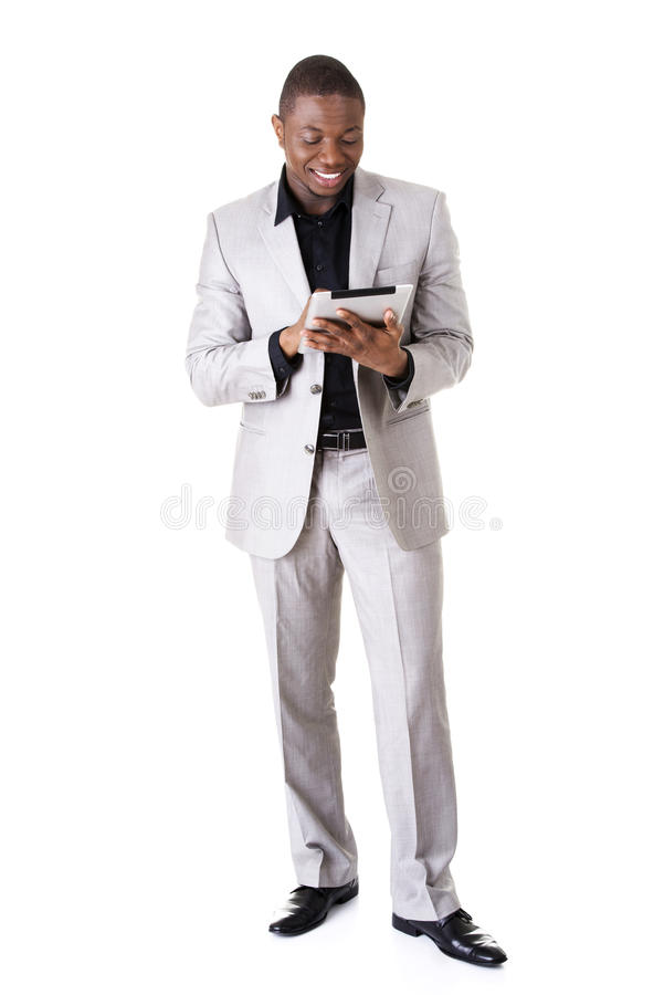 Uomo d'affari bello con la compressa fotografie stock