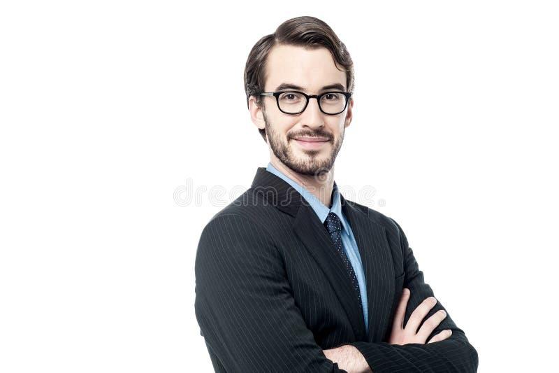 Uomo d'affari bello con le braccia piegate fotografia stock