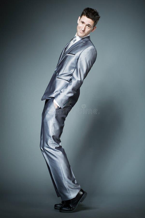 Uomo d'affari bello in vestito d'argento. fotografia stock libera da diritti