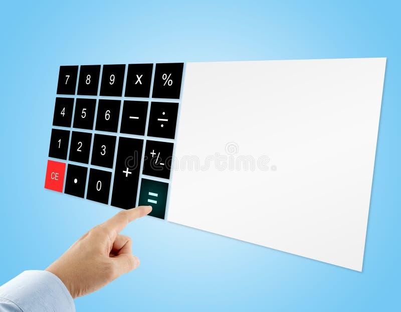 Uomo d'affari in camicia blu che preme il bottone del segno uguale sul calcolatore digitale del touch screen con esposizione in b fotografia stock libera da diritti