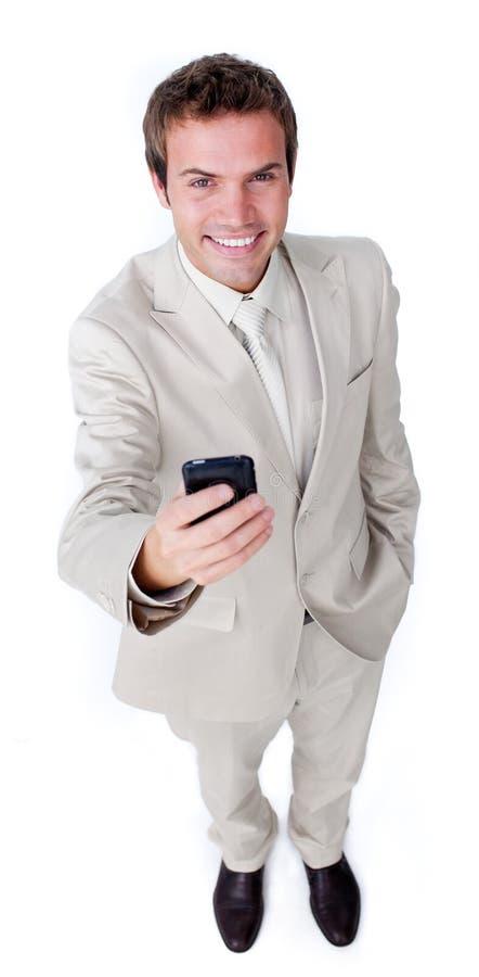 Uomo d'affari carismatico sorridente che trasmette un testo immagine stock libera da diritti