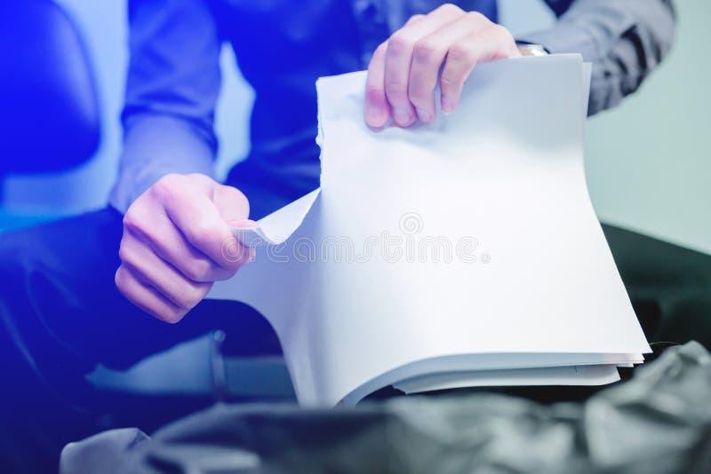 Uomo d'affari carta in bianco strappare immagine stock libera da diritti