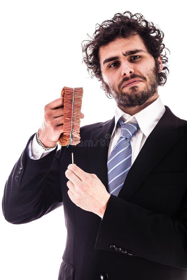 Uomo d'affari che accende i petardi rossi fotografie stock