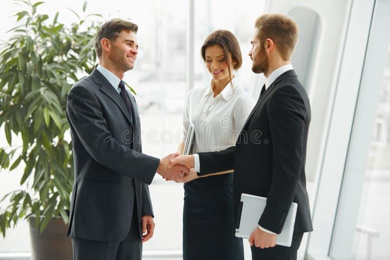 Uomo d'affari che agita le mani La gente stringe le mani che comunica con immagine stock