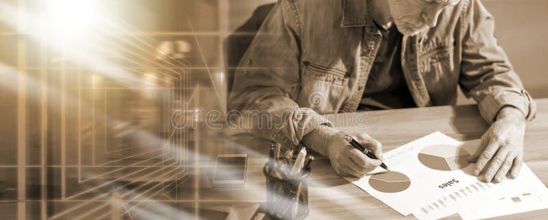 Uomo d'affari che analizza i risultati finanziari; esposizione multipla fotografie stock