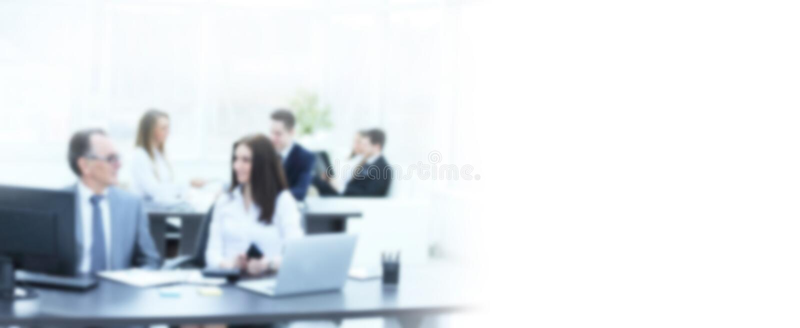 Uomo d'affari che analizza investimento, bilancio ed i grafici di reddito nel suo luogo di lavoro nella sfuocatura immagini stock
