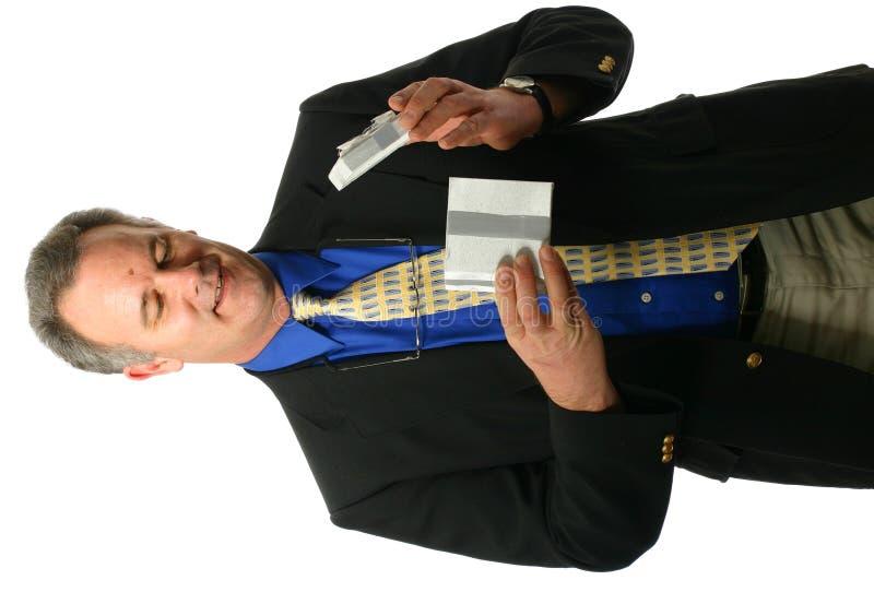 Uomo d'affari che apre un regalo fotografia stock libera da diritti