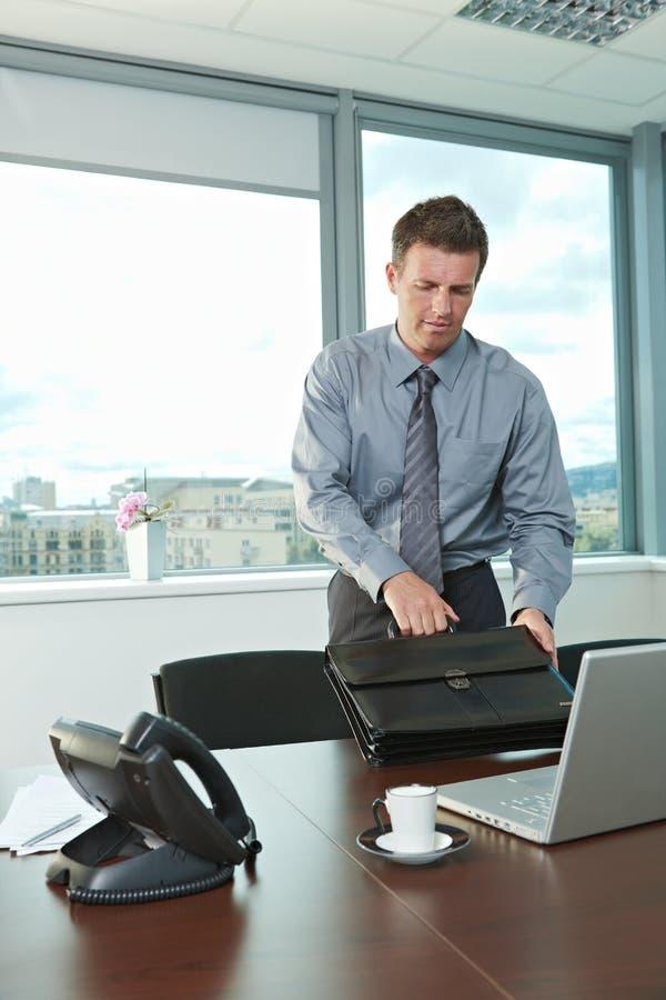 Uomo d'affari che arriva all'ufficio fotografie stock libere da diritti