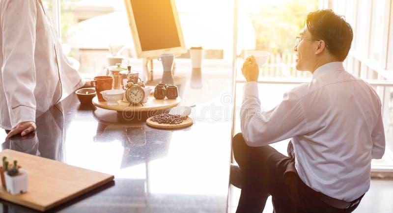 Uomo d'affari che beve caffè caldo di mattina prima del lavoro immagini stock libere da diritti