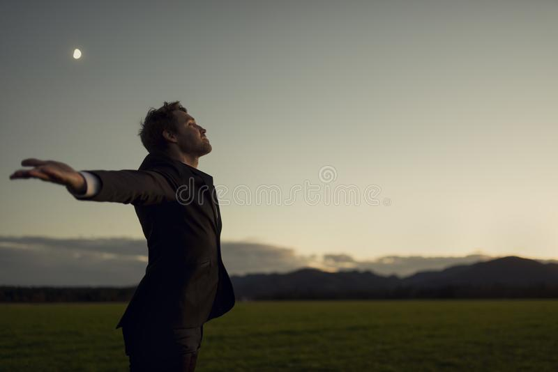 Uomo d'affari che celebra la tranquillità della natura fotografie stock libere da diritti
