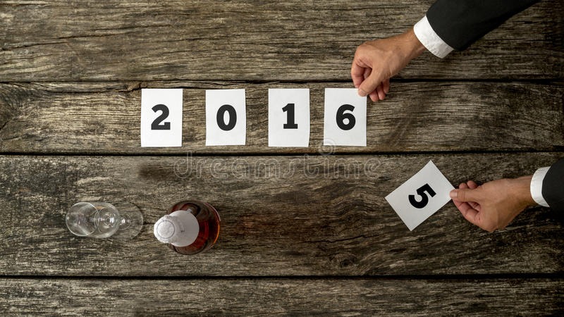 Uomo d'affari che celebra riuscito un comi d'anticipazione di anno 2015 fotografia stock libera da diritti