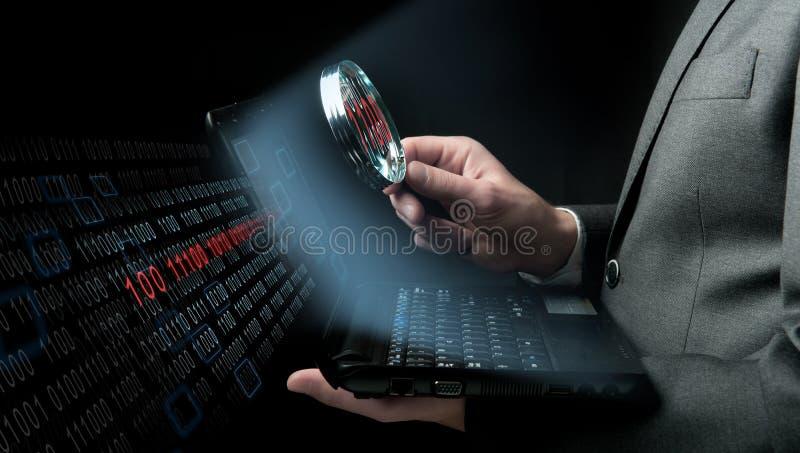 Uomo d'affari che cerca virus immagini stock