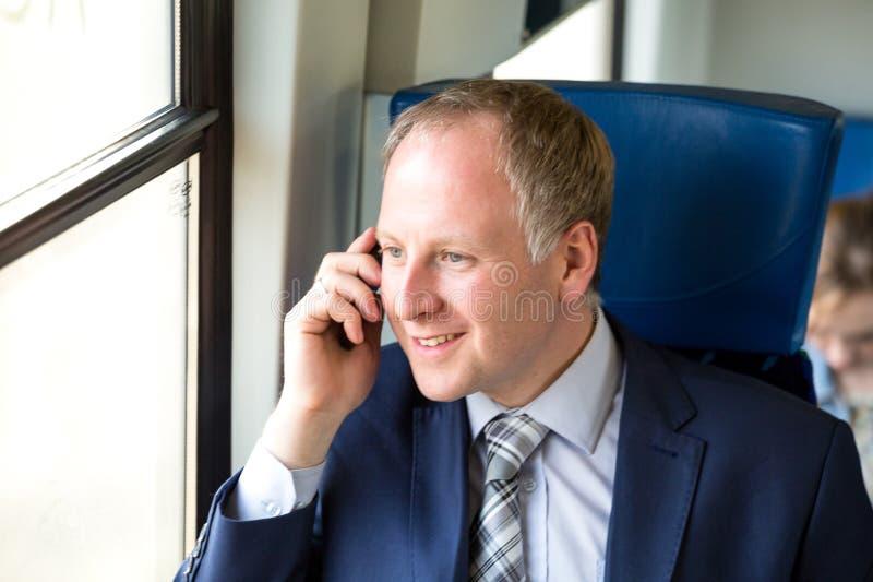 Download Uomo D'affari Che Chiama Da Un Treno Immagine Stock - Immagine di seduta, telefono: 56889099