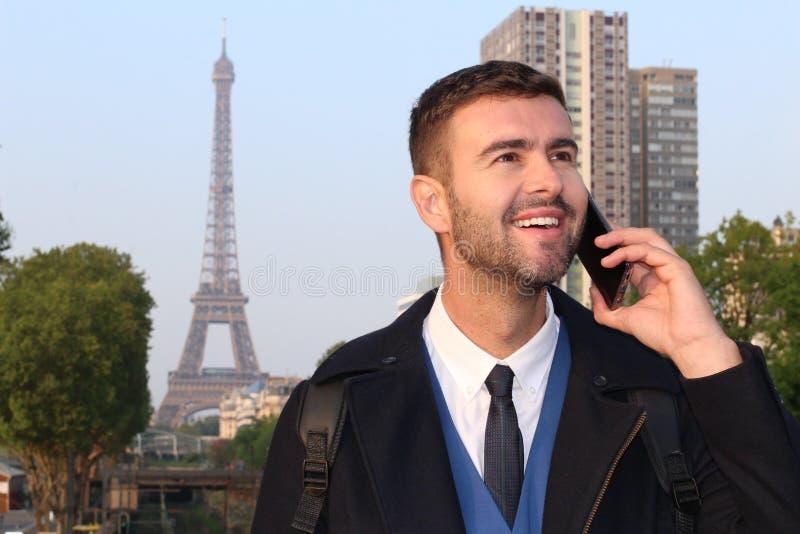 Uomo d'affari che chiama dal telefono da Parigi fotografia stock