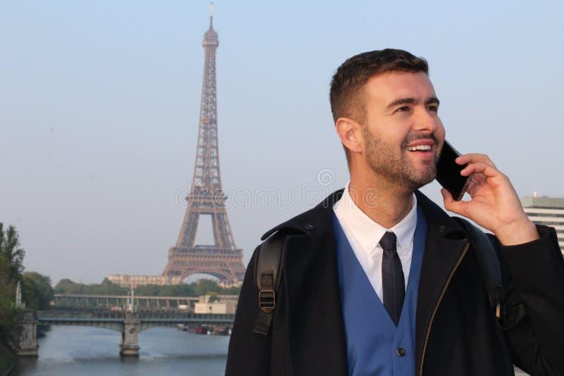 Uomo d'affari che chiama dal telefono da Parigi fotografie stock