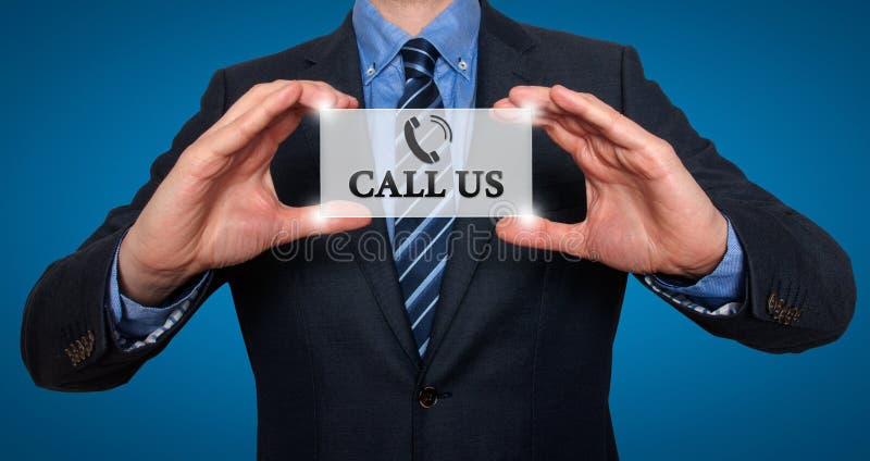 Uomo d'affari che ci mostra a carta con la chiamata testo immagini stock