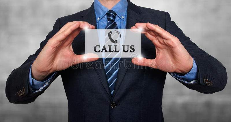 Uomo d'affari che ci mostra a carta con la chiamata testo fotografia stock libera da diritti