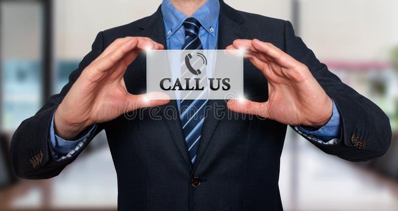 Uomo d'affari che ci mostra a carta con la chiamata testo fotografia stock