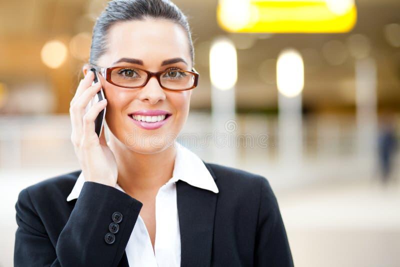 Uomo d'affari che comunica sul cellulare fotografie stock