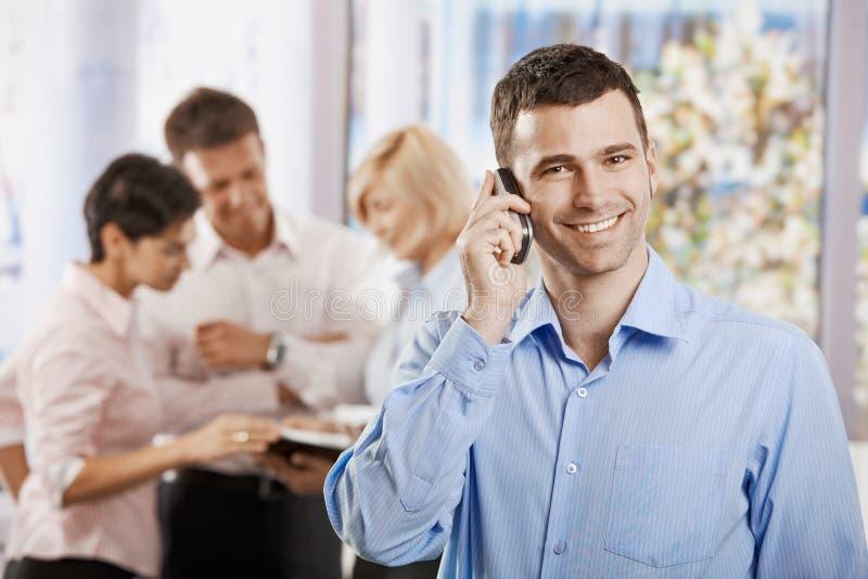 Uomo d'affari che comunica sul mobile immagini stock