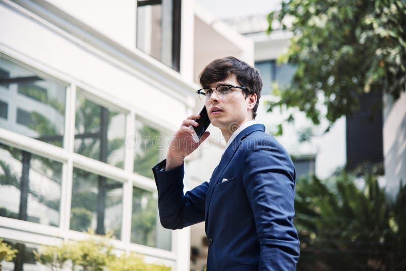 Uomo d'affari che comunica sul telefono fotografie stock libere da diritti