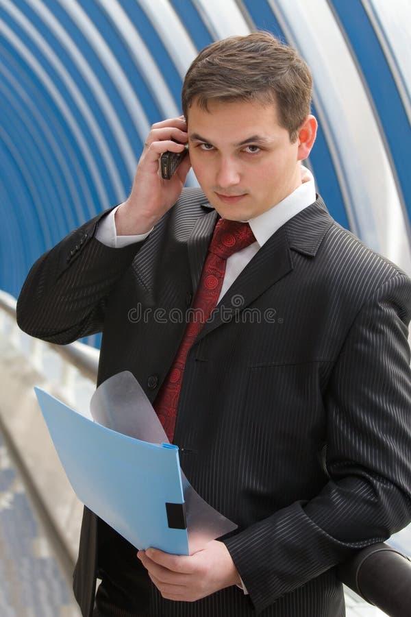 Download Uomo D'affari Che Comunica Sul Telefono Fotografia Stock - Immagine di comunicazione, occupazione: 7314350