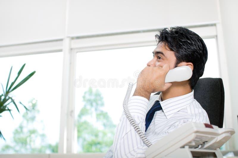 Uomo d'affari che comunica sul telefono fotografia stock libera da diritti