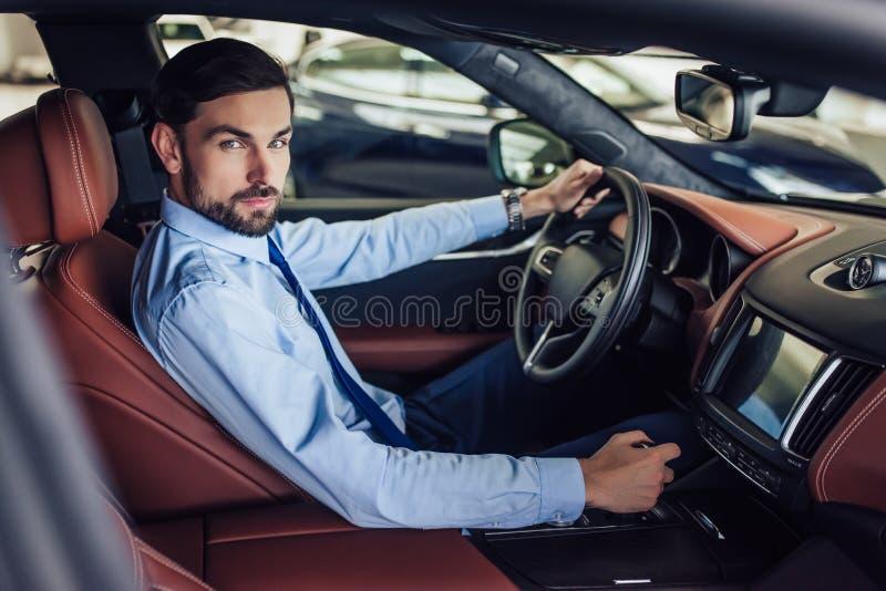 Uomo d'affari che conduce un'automobile fotografia stock
