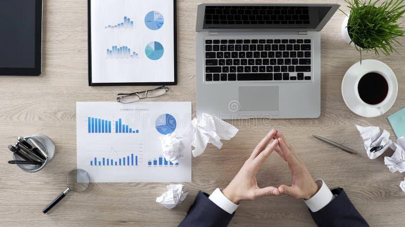 Uomo d'affari che considera circa la nuova strategia aziendale, partenza, investimento dei soldi fotografia stock