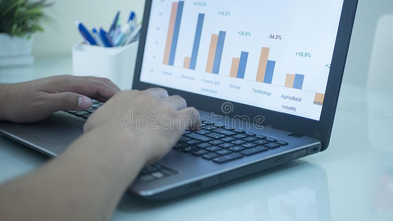 Uomo d'affari che controlla il mercato azionario Applicatio del ¡ del dataภdel mercato azionario fotografie stock