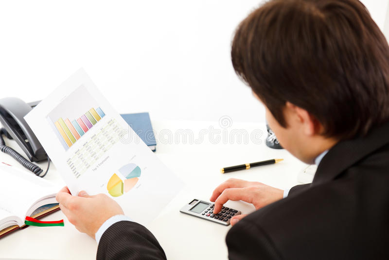 Uomo d'affari che controlla rapporto finanziario fotografia stock libera da diritti