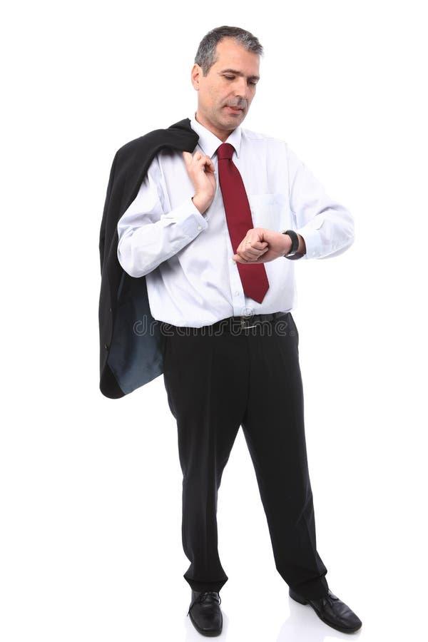 Uomo d'affari che controlla tempo sulla sua vigilanza immagini stock