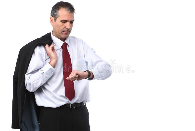 Uomo d'affari che controlla tempo sulla sua vigilanza fotografie stock