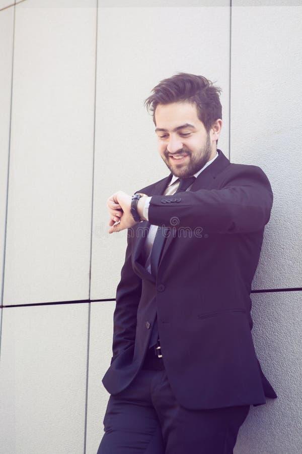Uomo d'affari che controlla tempo sulla via immagini stock