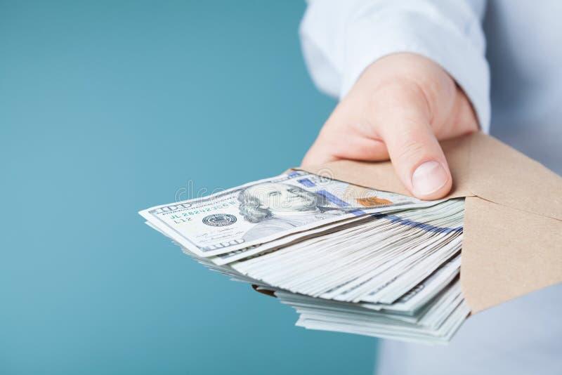 Uomo d'affari che dà denaro contante Il prestito, finanza, stipendio, dono e dona il concetto immagini stock