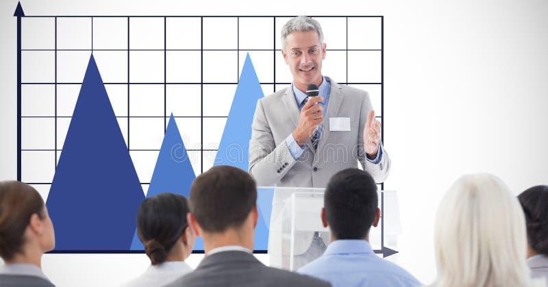 Uomo d'affari che dà discorso contro il grafico fotografia stock libera da diritti