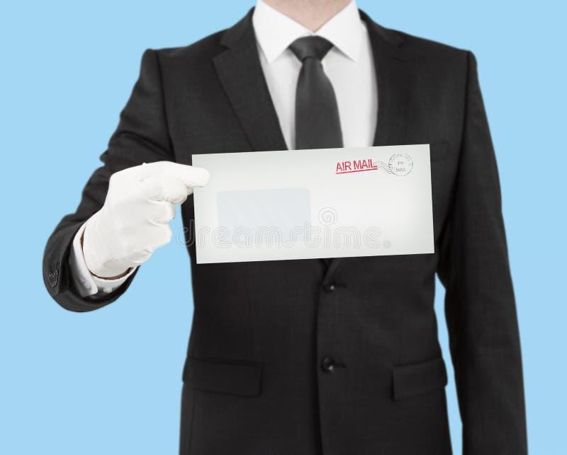 Uomo d'affari che dà una busta immagine stock libera da diritti