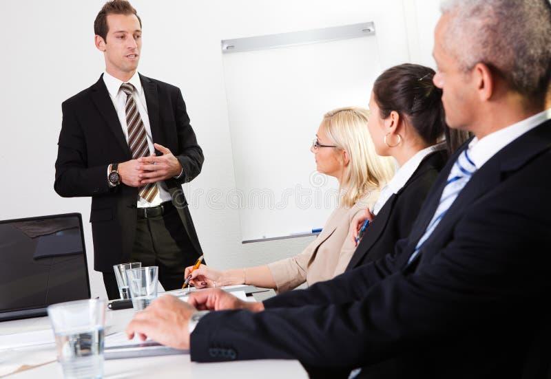 Uomo d'affari che dà una presentazione fotografie stock libere da diritti