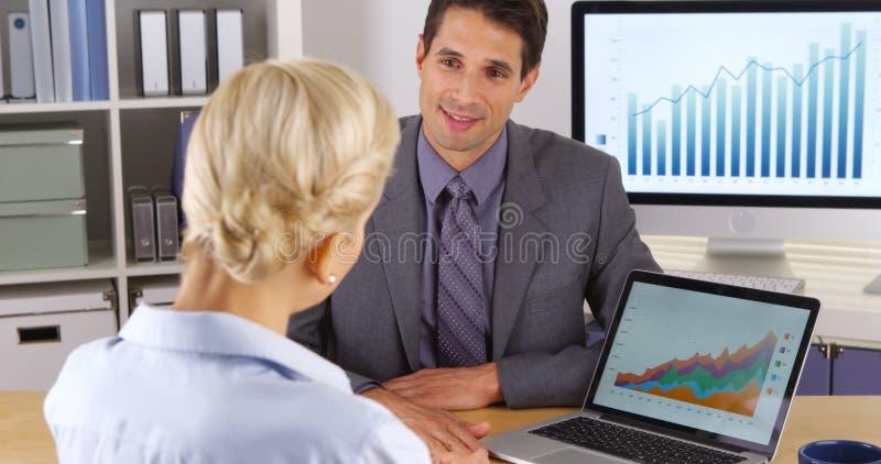 Uomo d'affari che dà una presentazione al suo supervisore fotografia stock