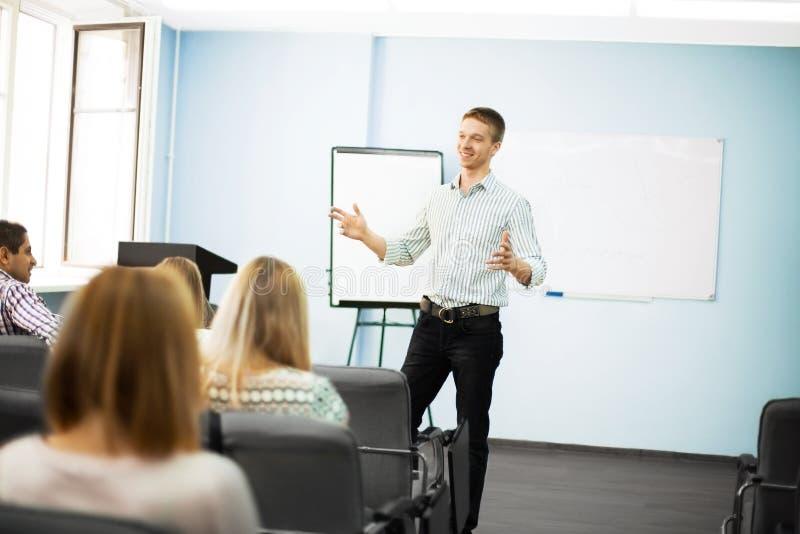 Uomo d'affari che dà una presentazione su flipchart immagini stock libere da diritti