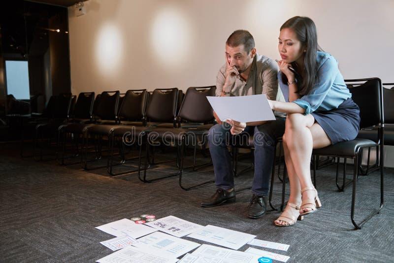 Uomo d'affari che discute lavoro con il progettista di UX immagini stock