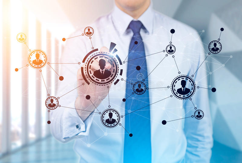 Uomo d'affari che disegna uno schizzo della rete in ufficio immagine stock libera da diritti