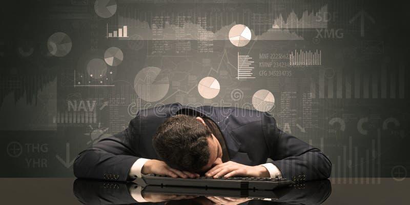 Uomo d'affari che dorme con i grafici, i grafici ed il concetto di rapporti immagini stock