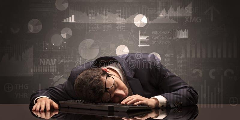 Uomo d'affari che dorme con i grafici, i grafici ed il concetto di rapporti immagini stock libere da diritti